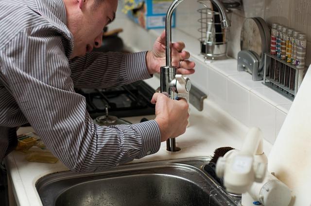 instalatér v kuchyni
