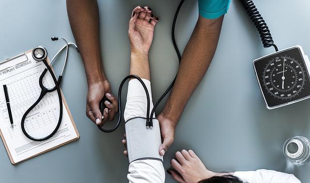 lékař s tlakoměrem