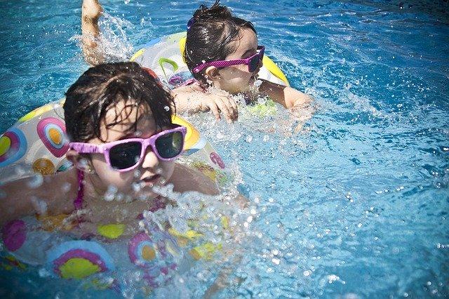děti v bazénu s nafukovacími kruhy